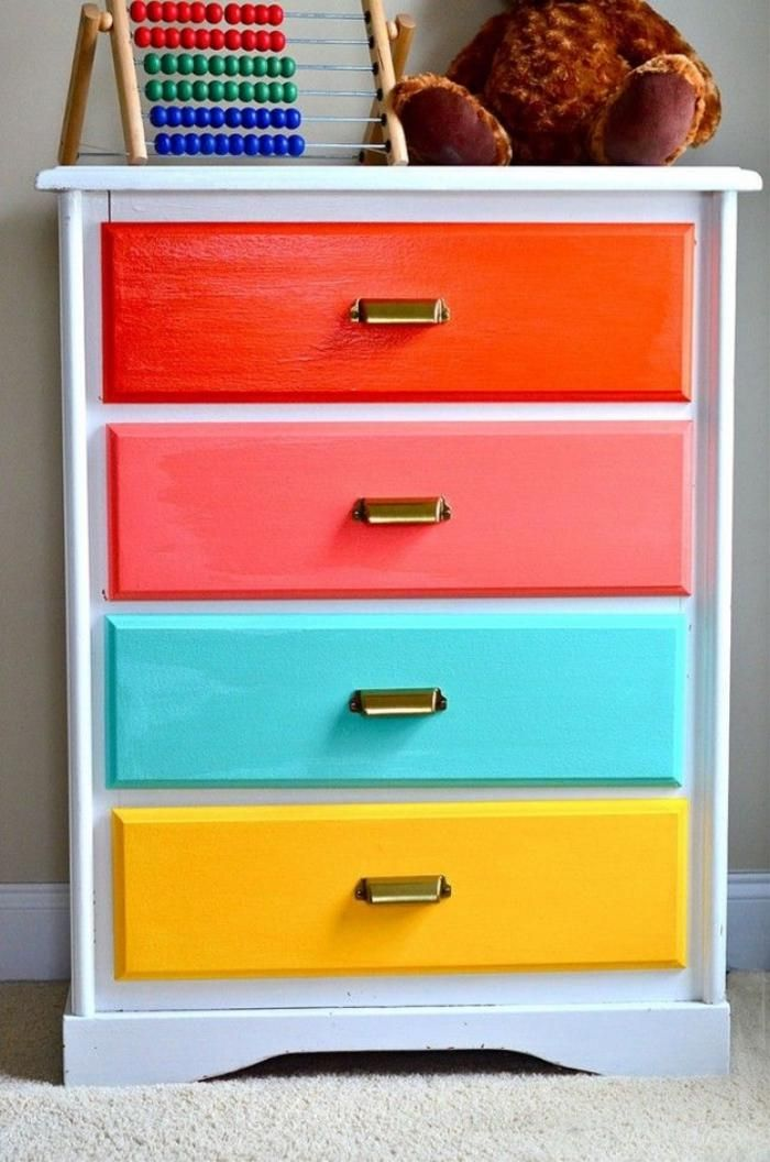 relooker des meubles, tiroirs multicolores