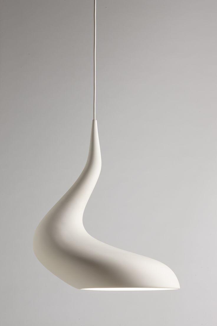Gimmii Magazine I DOLLOP lamp van Ash Allen (Melbourne) is sensueel, organisch en vol contrasten. Volumineus en smal, glossy en mat, asymmetrisch en toch volledig in balans. Lees meer: http://www.gimmii.nl/woonkamer/dollop-lamp-ash-allen/ #design #pendant