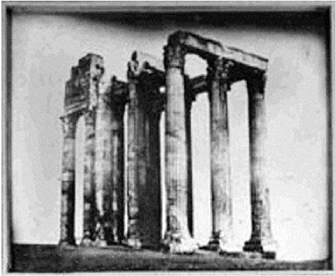 H φωτογραφία της παλιάς Αθήνας που πουλήθηκε έναντι 789.000 ευρώ!  Μια άποψη του Nαού του Ολυμπίου Διός της Aθήνας, τραβηγμένη το 1842 από τον ερασιτέχνη φωτογράφο και Γάλλο αριστοκράτη Zοζέφ Zιλμπέρ.