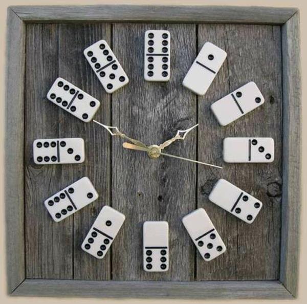 originelle Wanduhr mit Domino Stücken