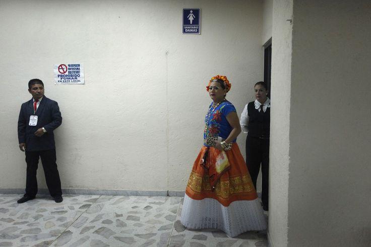 In de Mexicaanse zuidelijke staat Oaxaca, waar veel leden van de inheemse bevolkingsgroep Zapotec wonen, bestaat veel tolerantie jegens travestieten. De mannen die zich kleden in vrouwenkleren en make-up dragen worden ook wel 'muxe' genoemd. Volgens antropologen zijn de muxe een eeuwenoud fenomeen, maar beleeft het recent weer een opleving door de toegenomen aandacht vanuit de LGTB-beweging.Sommige muxe trouwen met een vrouw en krijgen kinderen, anderen kiezen een man als partner. Vol...