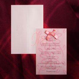 Invitatie dintr-un carton alb cu design floral roz, acoperit de un calc roz ce contine acelasi design floral prins cu o fundita roz. Plicul, de culoare roz si cu floricele in partea de sus, este inclus in pret.  #invitatie de #nunta #mirese #miri #invitatii #elegante #originale