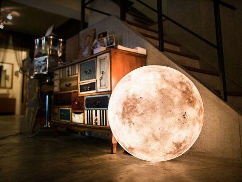 部屋の中に満月を置けてしまう、そのまんま月の形をしたランプ「Luna」 | BUZZAP!(バザップ!)