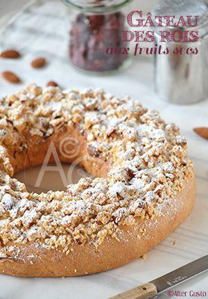 Une brioche des rois pas très traditionnelle cette fois… Un mélange de fruits secs et un crumble croustillant aux amandes remplacent les fruits confits. C'est un peu surprenant pour un gâteau des rois et très gourmand.