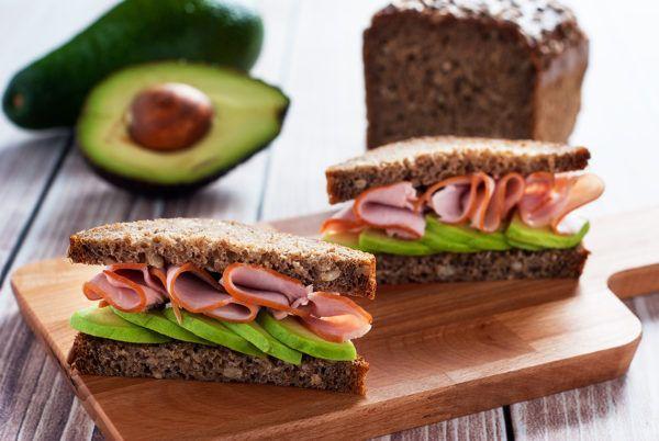 Kanapka z chleba słonecznikowego z szynką i avocado