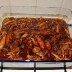 Hete kip (heerlijk pittig gerecht) is een lekker recept en bevat de volgende ingrediënten: 8 á 10 kipdrumsticks of kipbraadsticks, 1 klein flesje ketjap (zoet), 1 Spaanse peper (klein gesneden zonder zaadjes), 2 flinke el sambal, 1,5 pond uien grof gesneden