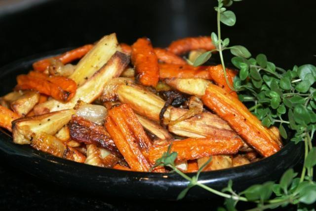 Запеченные морковь и пастернак с луком