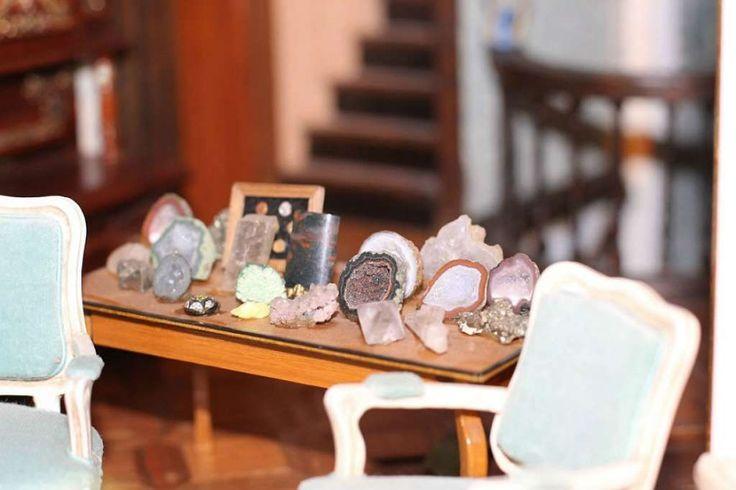 Decoração A casa tem uma mesa com cristais e pedras preciosas, estátuas, tapete de pele de urso, can... - Reprodução