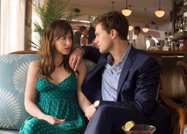 Tenemos un nuevo still oficial de la película 50 Sombras de Grey donde vemos a Christian Grey y Anastasia Steele en un bar ¿en Savannah? Este post pertenece a la web Si lo estás leyendo en otra ub...