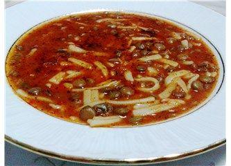 Bu yazımda İç Anadolu'nun iklimi soğuk, insanları sıcak şehri Sivas'tan bir yemek tarifi paylaşmak istiyorum. Çeşitli isimleri olabilir, fakat ben çocukluğumda bu isimle yedim. Soğuk kış günlerinde evimizde sıkça pişerdi. Çocukluğumuzu hatırlatan yemekler hep daha lezzetlidir...  MALZEMELER:  1 çay bardağı yeşil mercimek  1 yemek kaşığı domates salçası ( yarısı biber salçası olabilir )  75-100 gr kıyma ( Ya da 2-3 yemek kaşığı kavrulmuş kıyma)  1büyük boy yemeklik doğranmış .....