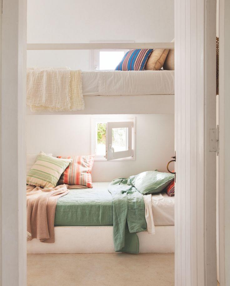 A DOS ALTURAS Sábana y funda de cojín de lino verde, de Filocolore. La colcha de punto blanco es de la propietaria.