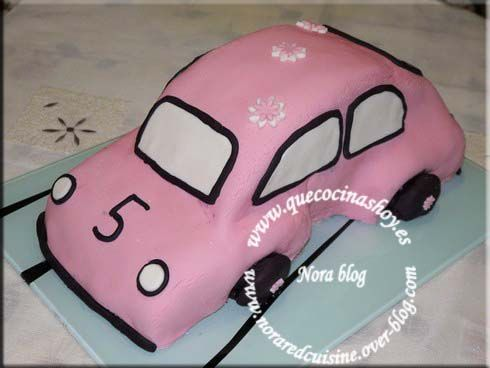 Pastel en forma de coche!!!!  Car shaped cake for your boy!  In Spanish, but you could find it interesting too! :)