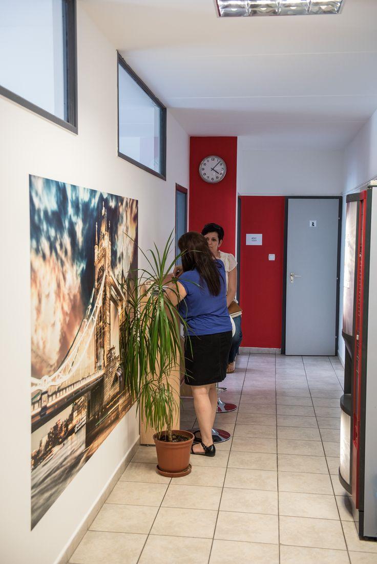 A folyosónkon várórészt alakítottunk ki modern kávéautomatával.