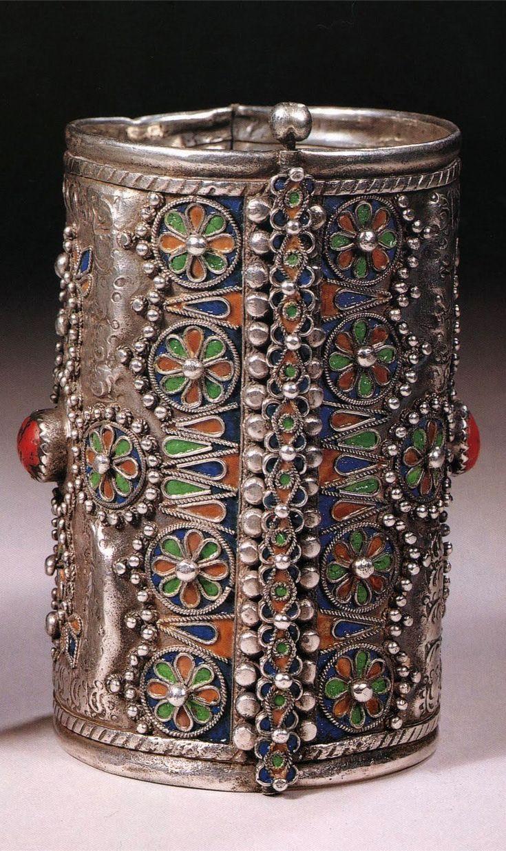 Joias Étnicas...    Bracelete 'canhão' de prata, esmalte e coral em forma de cabochão.Povo Cabila Berbere, Argélia.  canhão