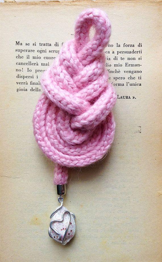 Nodo pipa rosa con ciondolo bianco e rosa. Pink pipa knot with white and pink pendant.