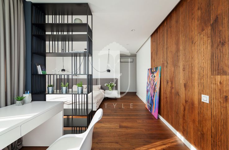 Хотя мини-кабинет и составляет общее пространство со спальней, визуально он отгорожен при помощи книжного стеллажа.