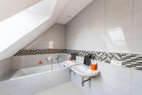 Interiér chlapecké koupelny je opět řešen v neutrální bílé barvě, kterou člení pouze dekorativní pruh, umístěný po celém obvodu koupelny; G SERVIS CZ