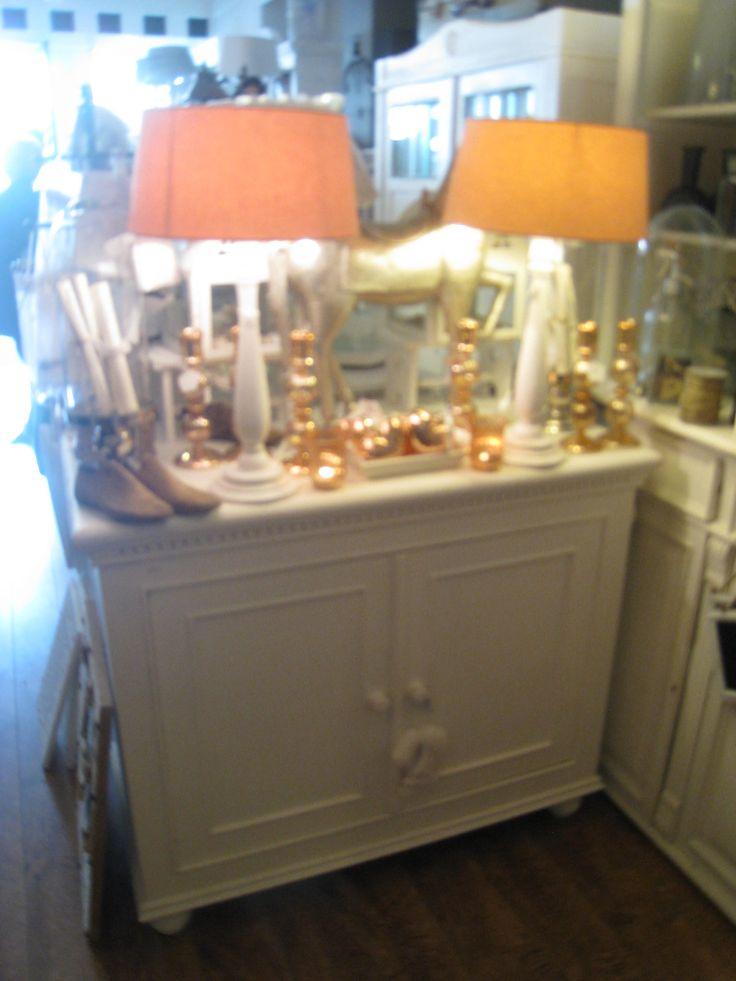 Kalkwitte antieke kast jaren 20, Voor de mooiste brocante meubelen verkrijgbaar by Silk & Design in Katwijk aan zee.