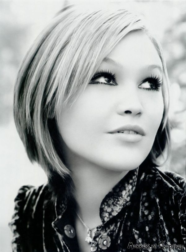 Julia Stiles with a good short hair style