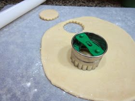 Herkesin merak ettiği, şeker hamuru kaplamaya uygun kurabiye tarifini vermek için biraz beklettiğimin farkındayım. Bunun nedeni de dene...