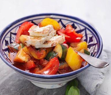 Kanske finns det lika många varianter på ratatouille som det finns franska kockar, men basen är oftast en härlig mix av färgstarka grönsaker som paprika, zucchini, tomater och lök. Denna snabblagade version får dessutom smak av färsk basilika och vitlök. Servera med ris och stekt halloumi.