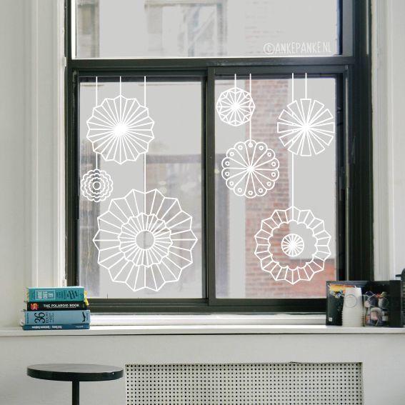 Wil je mooie papieren rozetten decoratie voor je raam hangen, maar geen zin om te gaan vouwen? Dan is deze raamtekening dé oplossing. Geen knutselkunde voor nodig! Geschikt alledaags gebruik, maar ook leuk als decoratie bij een feestje of feestdagen.