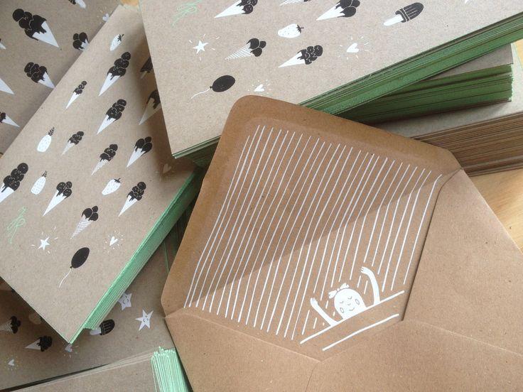 """Bijzondere geboortekaartjes - Zeefdruk - kleur op snee - wit en zwarte inkt - illustratie - ontwerp door """"Frissetypes"""" - handwerk - ambachtelijk - Op Muskat Grey 290 grs. - Recycle papier  #geboortekaartjes - #geboortekaartje - www.dekijm.nl"""
