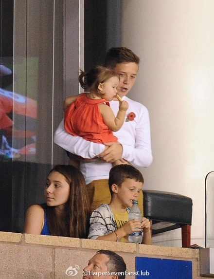 Brooklyn Beckham looking after a child. He's so sweet love him