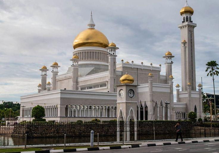Sultan Omar Ali Saif-ud-Din Mosque, Brunei http://www.acenature.com/most-beautiful-mosques-in-the-world/