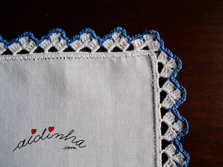 Imagem do canto do picô de crochet, azul e branco, do individual