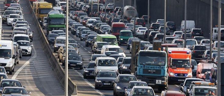 Coches de cola durante el atasco de tráfico en la autopista A100 de la ciudad en la hora punta en Berlín 27 de febrero de 2015. Foto tomada el 27 de febrero. REUTERS / Fabrizio Bensch (ALEMANIA - Etiquetas: TRANSPORTE) - RTR4RIP9
