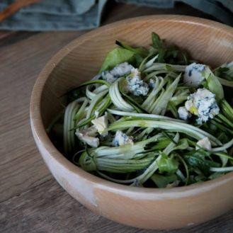 Зеленый салат с сырым кабачком и голубым сыром