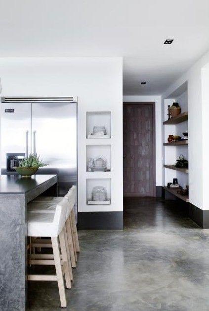 Wat een geweldige nissen! Ook prachtig hoe de Amerikaanse koelkast is verzonken in de muur.