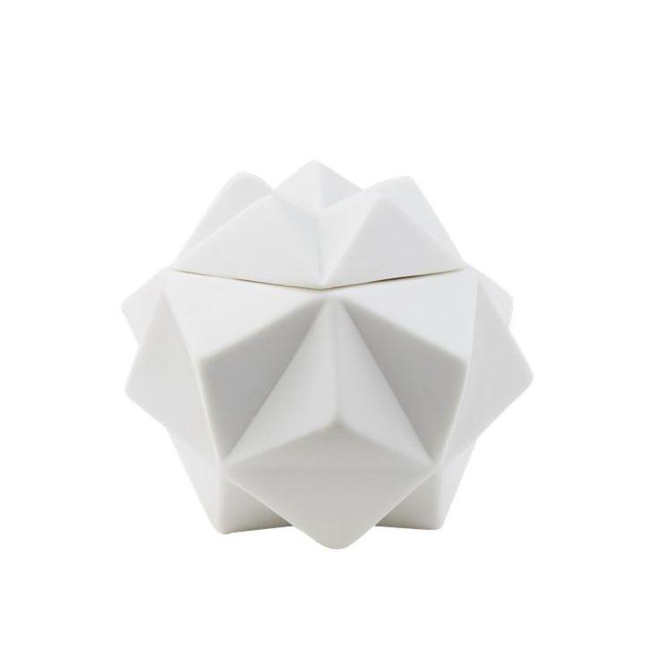 Hide away er små opbevaringskrukker, som er inspireret af formen på et snefnug. Du kan f.eks. bruge dem til alt dit juleslik, så hjemmet er fyldt med søde overraskelser.