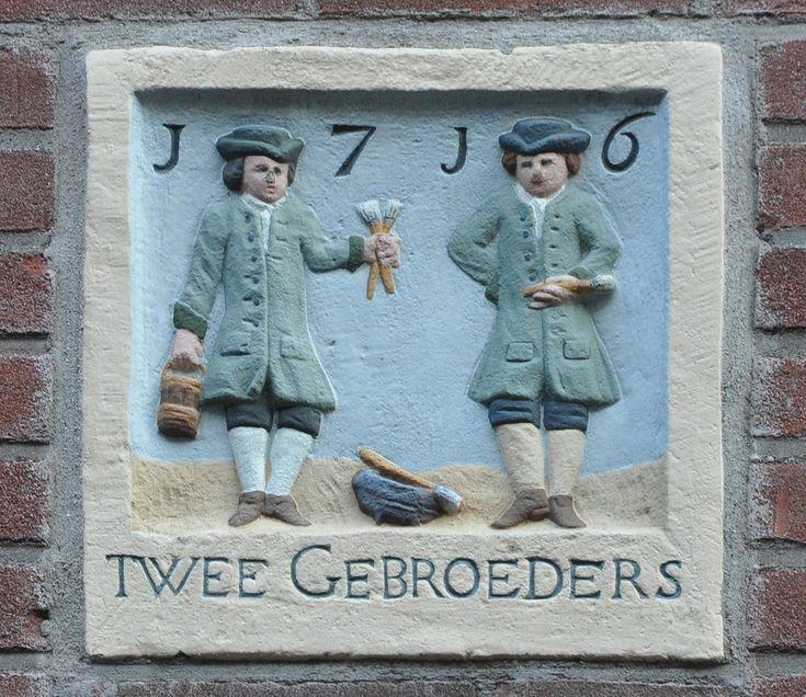 Oude Looiersstraat 3a  Op 16 januari 1653 vond de executieverkoop plaats van de  boedel van Huijbert Dirksz. In de boedel was inbegrepen een  huis en erf, met drie achterwoningen, gelegen aan de zuidzijde  van de (Oude) Looiersstraat. Rechts van het pand was een gang die door de koper overtimmerd mocht worden. De doorgang naar de gang moest dan minstens acht voet hoogte hebben en vrije doorgang geven naar de twee andere huisjes in de gang. Koper was de metselaar Willem Jansz. voor een…