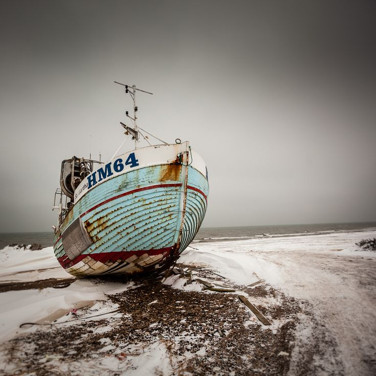 Fotografi af gammel fiskekutter fra Thorupstrand i Nordjylland. Fotografiet blev taget sendt om eftermiddagen i strid vind og kulde.