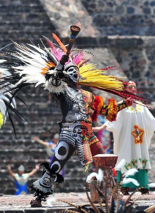 Ceremonia de Encendido del Fuego Nuevo de los XVI Juegos Panamericanos Guadalajara 2011 en Teotihuacan. La ceremonia fue amenizada por una danza ritual a cargo de las Escuelas de Bellas Artes de Naucalpan, Amecameca, Nezahualcóyotl, Tejupilco y Calpuhuac. Este danzante porta las insignias de los dioses aztecas Quetzalcóatl y Mictlantecuhtli