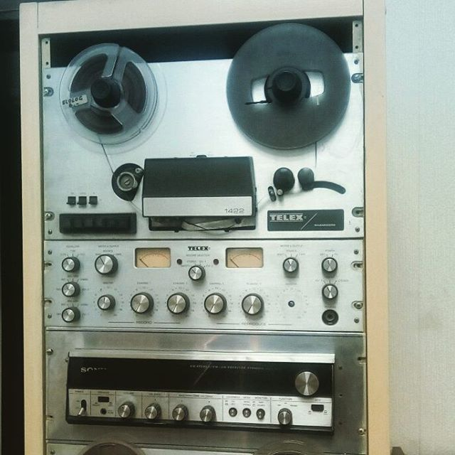 """Saliendo de capacitar al equipo de Radio Stella Maris,  donde guardan hermosos equipos de la antigua """"radiotelefonía""""."""