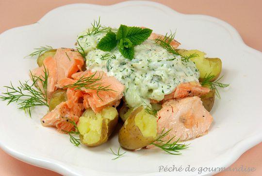 Salade de saumon, pommes de terre nouvelles, sauce au concombre et à l'aneth d'après Jamie Oliver
