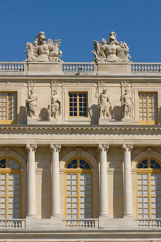 - Gemaakt in opdracht van Lodewijk XIII  - Paleis van Versailles  - 1624  - Versailles  - Het paleis is met veel barokke aspecten gemaakt: heel druk, met erg veel beelden en drukke schilderingen. Om het paleis heen ligt een enorme tuin.