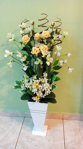 Flores para arranjo grande de canto para montagem do arranjo pelo comprador.  Os produtos vendidos nesse anúncio; são as rosas amarelas do topo, flores brancas com amarelas, flores da base, folhas decorativas, galhos secos, musgo, argila, uma espuma vegetal e o vaso de madeira, pode ser na cor br...