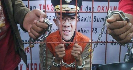 Pengamat politik Muslim Arbi meragukan validitas KTP dukungan untuk Basuki Tjahaja Purnama (Ahok) yang diklaim Teman Ahok mencapai satu juta KTP.