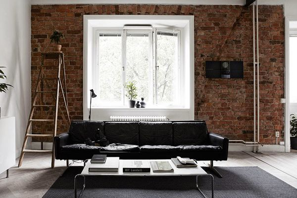 Prachtige zwarte leren bank met bakstenen muur | Beautiful black leather couch with  brick wall