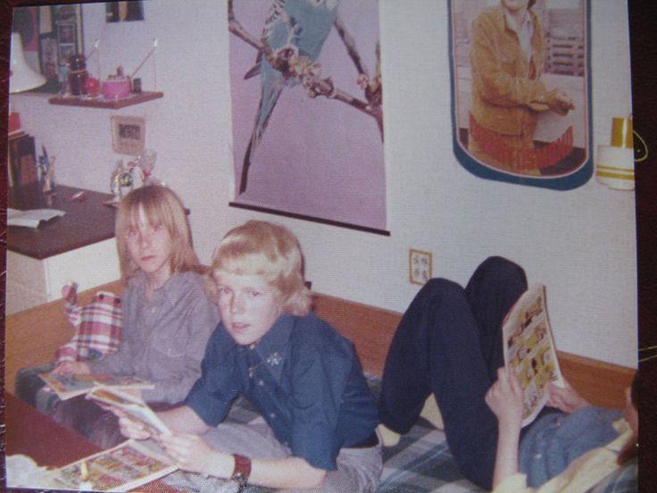 Birthe Forst Jensen, 51, Vanløse. Fætre Palle og Ole og min søster Jette på skibsbriks i hendes halvdel af vores fælles værelse i den 4-værelses lejlighed i Høje Gladsaxe, hvor min familie flyttede til i 1968. Vi boede før i en lille, ussel lejlighed på J. M. Thieles Vej (Frb) med i alt to små stuer og køkken - intet andet. Toilettet delte vi med naboen, og der var ingen bad, så mine forældre tog på badeanstalt. Så lejligheden i Høje Gladsaxe var ren luksus for os. Min mor bor der stadig…
