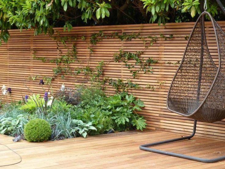 sichtschutz zaun holz material minimalistisch beet pflanzen parkett ...