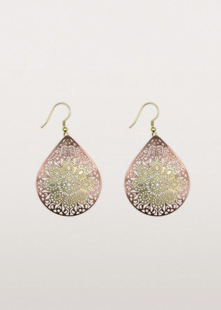 Keep that summer feeling all year round. Teardrop-shaped, they are etched with an intricate floral design. Carefully crafted by the artisans of Tara Projects in India.