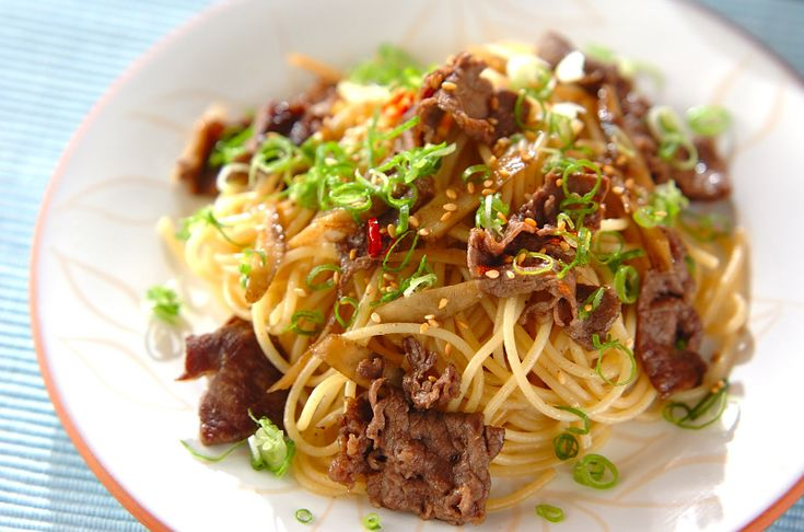 バターとゴマ油で炒めた牛肉をパスタに和えて。和風の味付けがお子様からお年寄りまで人気の味です。牛ゴボウの和風パスタ[和食/麺料理(そば、うどん等)]2010.11.15公開のレシピです。