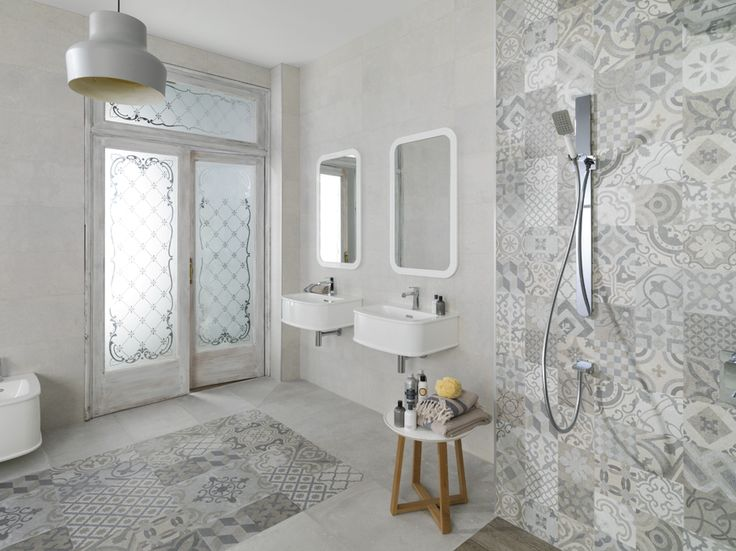 Piso y pared decorada con mosaicos hidráulicos en monotono