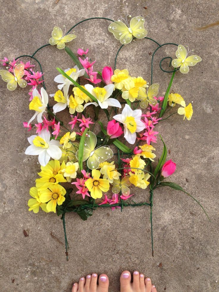 Garden flower DIY fake flowers for my boyfriends grandmas grave. Yellow flowers were her favorite. Plus spring time flowers. The butterflies symbolize the family members. Easy way to decorate. Metal wire will hold up great. Rip ❤️