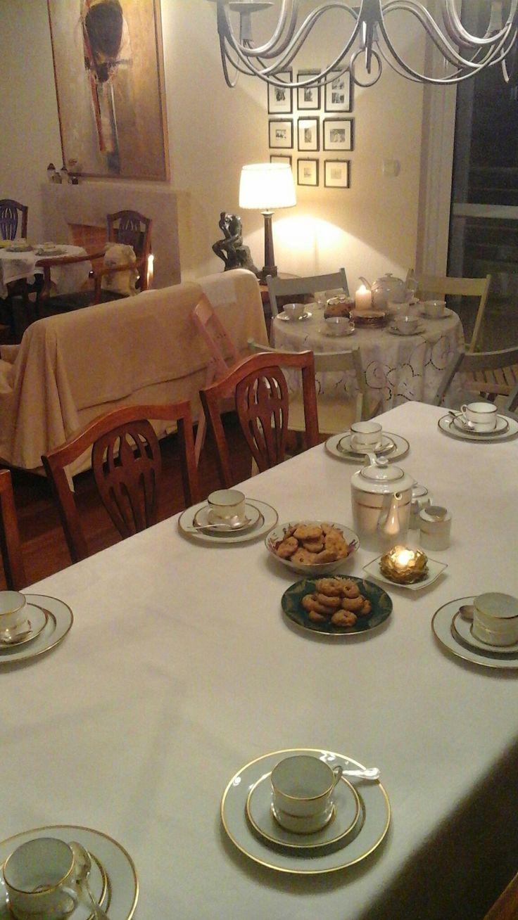 Το καλό μου το σερβίτσιο που είναι δώρο της Σουζάνας στο γάμο μας είναι στην τραπεζαρία μου και πίσω στη ροτόντα είναι το σερβίτσιο της μαμάς μου!